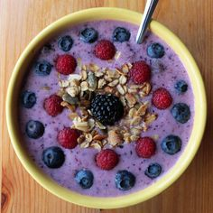 Pin for Later: 50 of Our Favorite Smoothie Recipes Smoothie Bowl Smoothies taste even better when they're in a bowl! Wake up your morning with this recipe for a berry smoothie bowl. Healthy Desayunos, Healthy Smoothies, Smoothie Recipes, Healthy Snacks, Breakfast Smoothies, Making Smoothies, Eat Breakfast, Healthy Drinks, Smoothie Bowl