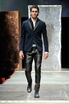 I wish I could pull this off. Leather pants in a casual way