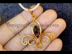 Tutorial Fleur-de-lis pendant - How to make wire jewelery. Tutorial Fleur-de-lis pendant - How to make wire jewelry if you are a beginner, you should watch a simple form in advance to be able to keep up with more complex patterns. Wire Wrapped Jewelry, Wire Jewelry, Jewelry Crafts, Jewelery, Wire Rings, Copper Jewelry, Copper Wire, Homemade Necklaces, Homemade Jewelry