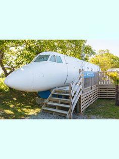 In St. Michael in Frankreich kannst du für 89 Euro die Nacht in einem alten Flugzeug übernachten. Crazy, oder?