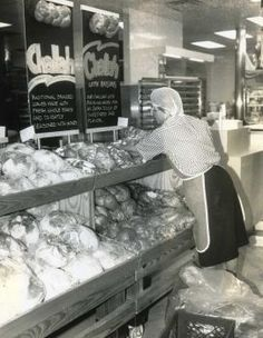 1991 - Anne Moore stacks loaves of bread at the H-E-B marketplace at Bandera and Photo: Dennis Dunleavy, San Antonio Express-News Texas History, San Antonio, Sweet Home, Events, Bread, Country, News, Places, People