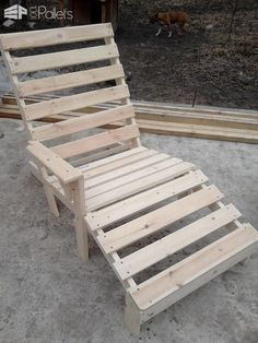 You only need 2 pallets to make this relaxing Pallet Chaise Lounge Chair! Spend a weekend and save a lot, plus you can be proud of your project! Outdoor Furniture Plans, Diy Pallet Furniture, Diy Pallet Projects, Pallet Ideas, Furniture Design, Furniture Projects, Pallet Lounge, Pallet Chair, Outdoor Pallet