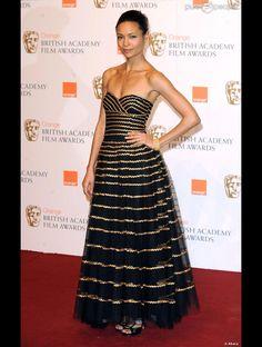 """Aux BAFTA, Thandie Newton porte une sublime robe noir et or. Sans bijoux et maquillage """"nude"""", Thandie est belle avec simplicité"""