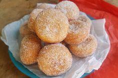 I mini bomboloni veloci sono un'alternativa più semplice e sbrigativa dei classici bomboloni che si preparano di solito. Ecco la ricetta Bomboloni, Doughnut, Hamburger, Bakery, Muffin, Bread, Breakfast, Mini, Desserts