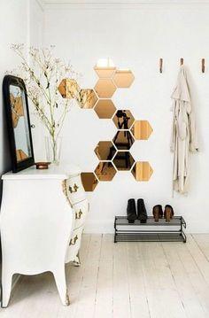 Des petits miroirs de forme hexagonale en déco du hall d'entrée