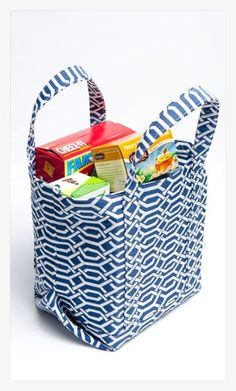 Re-usable grocery bags are becoming quite popular as more stores and shoppers try to be eco-friendly. We've created a great little market tote bag that is perfect for loading up with grocery… Sewing Tutorials, Sewing Crafts, Sewing Projects, Tote Bag Tutorials, Wallet Tutorial, Tape Crafts, Sewing Ideas, Bag Patterns To Sew, Tote Pattern