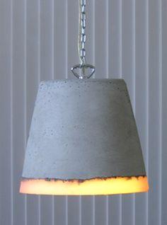 Renate Vos is ontwerper ruimtelijke vormgeving. De hanglamp is van beton in combinatie met siliconenrubber. Deze lamp is ontstaan vanuit een materiaal-experiment, dus elke lamp is uniek.      Door het materiaalgebruik is de lamp ook liggend te gebruiken. Liggend op bijvoorbeeld een steigerhouten vloer, is deze lamp een ware eyecatcher.