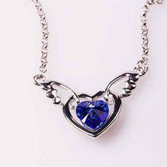 """Ein traumhaftes Geschenk. Diese moderne Halskette aus Platin Messing trägt den Namen """"Schwingen der Liebe"""". Ein aufregender Anhänger mit königsblauen österreichische Kristallherz, 17.7"""" macht diese Halskette zu etwas ganz Besonderen.  Die Halskette ist ca. 45 cm lang. #Geschenk #Halskette"""