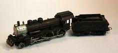 Locomotora amb tènder 130 DB-38: Locomotora amb tènder 130 DB-38 de la Boston&Maine de color negre excepte la part davantera que és platejada. Locomotora con ténder 130 DB-38: Locomotora con téder 130 DB-38 de la Boston&Maine de color negro excepto la parte delantera que es plateada.