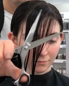 Easy side bangs ✂️ A fashionable short haircut like a star is great for straight and wavy hair. To add volume to your hair, use not only a hair dryer but also a special tool to add volume by applying it to the roots. Hair Cutting Videos, Hair Cutting Techniques, Hair Videos, Hair Color Techniques, Cut Side Bangs, How To Cut Bangs, Long Side Bangs, Side Fringe Long Hair, Side Fringe Bangs