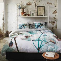 Geef de slaapkamer een sprookjesachtige uitstraling met het Lourdes dekbedovertrek van Essenza! Door de grafische print en de geheimzinnige kleurencombinatie ontstaat een surrealistisch geheel. Met een effen achterzijde voor een rustgevende noot.