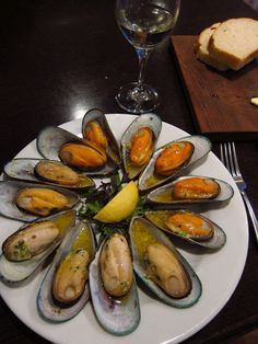 Havelock, New Zealand (The Mussel Capital of the World): Baked Green-lipped Mussels in Garlic Butter, served with a glass of Marlborough Sauvignon Blanc Green Mussels, Marlborough New Zealand, My Favorite Food, Favorite Recipes, Green Lipped Mussel, New Zealand Food, Great Recipes, Healthy Recipes, Fish And Seafood