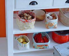 Wachstuch ist abwischbar und robust: Eine ideale Eigenschaft für Körbe in der Küche! Gemüse, Obst oder Brötchen auf dem Frühstückstisch sind in den Wachstuch...