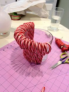Christmas Candy Cane Centerpiece - {Tutorial - Weihnachten * X-Mas * Navidad - Winter Christmas, All Things Christmas, Christmas Holidays, Candy Cane Christmas, Christmas Projects, Holiday Crafts, Holiday Fun, Christmas Candy Crafts, Christmas Ideas