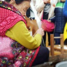 Demonstratie van traditioneel zijde spinnen.  De cocons van zijderupsen worden tot garen gesponnen door ze in kokend water te gooien. De vlinders worden weggegooid of opgegeten. Zijde is dus alles behalve een duurzaam textiel voor kleding. #Silkmuseum #Gyeongju #Korea #ethicalfashion #rijstblog  (bij Gyeongju, Korea)
