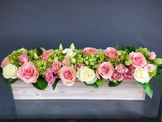 Long wood box arrangement for a table with white and pink roses, lisianthuses and hydrangeas Wood Box Centerpiece, Decoration Table, Floral Centerpieces, Wedding Centerpieces, Wedding Arrangements, Table Rose, Small Flower Arrangements, White And Pink Roses, Wedding Table Flowers