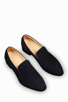 This item is shipped in 48 hours, including the weekends. These casual shoes are here to demonstrate that sometimes simple is just better. Made of an elegant suede leather, these shoes offer overall n