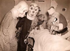 These 25 Vintage Clown Photos Are Mega Creepy. Vintage Bizarre, Creepy Vintage, Vintage Clown, Funny Vintage, Vintage Costumes, Gruseliger Clown, Creepy Clown, Creepy Masks, Clown Posse
