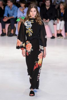 Etro Spring-Summer 2019 – Ready-to-Wear - Summer Outfits Arab Fashion, Fashion Week, Love Fashion, High Fashion, Fashion Show, Fashion Outfits, Fashion Design, Sporty Fashion, Winter Fashion