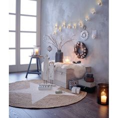 Heimelig: zehn kleine, weiß lackierte Metalleimer mit ausgestanzten winterlichen Motiven, durch die das Licht scheint.
