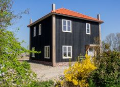 Kapbergwoning aan de grote sloot in Schagerbrug - Kapbergwoning - Nico Dekker Ontwerp & Bouwkunde Barns Sheds, Exterior Paint Colors For House, Shed Homes, White Houses, Stables, Building A House, Home Goods, Outdoor Structures, House Styles
