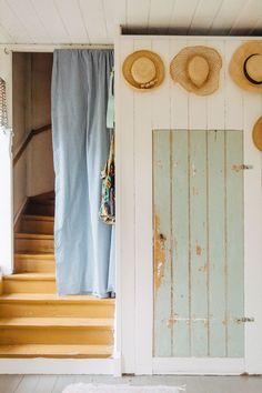 Straw hats hall-interior-cottage-summerhouse - ALL ABOUT Swedish Cottage, Red Cottage, Cozy Cottage, Cottage Farmhouse, Living Room Styles, Hall Interior, Entry Hallway, Interior Decorating, Interior Design