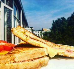 A croque monsieur az egyik legkedveltebb francia reggeli fajta. Kicsit időigényesebb elkészíteni, mint egy szendvicset, de amikor az ember kettévágja a gőzölgő pirított kenyérszeleteket, és kifolyik belőle az olvadt sajt, az bizony bármilyen fáradságot megér. De akár villám…