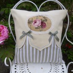 Coussin shabby,linge ancien , roses anglaises                                                                                                                                                     Plus