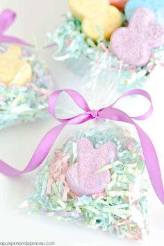 Bombes effervescentes pour le bain en forme de lapins.  16 cadeaux DIY trop mimis à offrir à l'occasion de Pâques