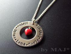 Schöne Halskette  Die Halskette ist mit einem 925 Sterling Silber Ring mit Herz geschmückt.   Der Ring wird mit den Namen Ihrer Kinder graviert.