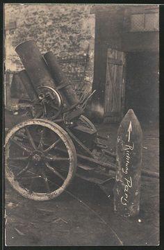 old postcard: Foto-AK Bildnis eines Minenwerfers mit Artillerie-Geschoss