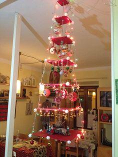 Albero di Natale Fai da te, salva spazio Tavole quadrate di compensato su barra filettata appesa al soffitto e fantasia per gli addobbi