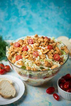 Sałatka gyros warstwowa Greek Chicken, Food Design, Catering, Cereal, Food Porn, Salad, Breakfast, Impreza, Morning Coffee
