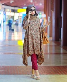 Dian Pelangi - maybe with a different plain flowy material Batik Fashion, Abaya Fashion, Modest Fashion, Fashion Outfits, Fashion Muslimah, Stylish Hijab, Casual Hijab Outfit, Hijab Chic, Blouse Batik