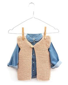 Knitted Girly Vest For Baby Free Pattern Tutorial , gestrickte girly weste für baby free pattern tutorial , gilet girly tricoté pour bébé tutoriel de modèle gratuit Easy Scarf Knitting Patterns, Baby Sweater Knitting Pattern, Knit Vest Pattern, Free Knitting, Kids Vest, Knitted Baby Clothes, Crochet Girls, Sewing A Button, Baby Sweaters
