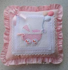 Maybe something like this, but with embroidery in the middle Cushion Covers, Pillow Covers, Sewing Crafts, Sewing Projects, Image Deco, Baby Applique, Sewing Pillows, Heirloom Sewing, Baby Pillows