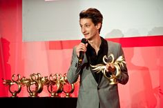 Pierre Niney and his Golden Swann for Best Actor for his rôle in 20 ans d'Ecart.