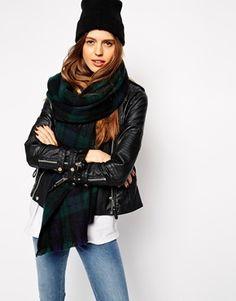 €25, Dunkelgrüner Schal mit Schottenmuster von Asos. Online-Shop: Asos. Klicken Sie hier für mehr Informationen: https://lookastic.com/women/shop_items/149185/redirect