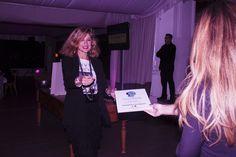 Ana Argüelles Arias recibiendo el premio de Clínica Dr. Pablo Rosado de mano de María Fernández de Amor Propio.