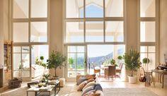 Salón con grandes ventanales de techo a suelo con vistas al exterior_0332036