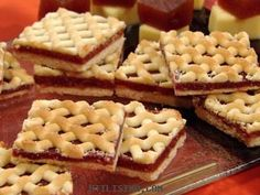 Pastafrola argentina, un clásico: dulce de membrillo y masa de tarta dulce. Justo para tomar mate #ArgentinianDishes #ComidasArgentinas Sweets Recipes, Just Desserts, Cookie Recipes, Argentine Recipes, Argentina Food, Sweet Bar, Exotic Food, Cupcake Cakes, Sweet Tooth