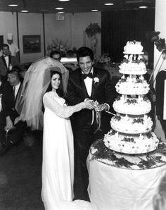 Elvis and Priscilla wedding cake. Elvis Cakes, Elvis Presley Cake, Elvis Presley Photos, Priscilla Presley Wedding, Elvis And Priscilla, Elvis Wedding, Wedding Vows, Wedding Band, Celebrity Wedding Photos