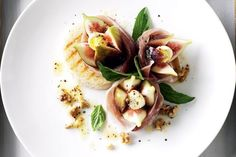 Turn fresh ingredients into delicious edible art with this fig and prosciutto salad recipe. Check out the recipe wine match from Matt Skinner below. Fig Recipes, Summer Recipes, Italian Recipes, Salad Recipes, Healthy Recipes, Keto Recipes, Healthy Food, Yummy Food, Dried Figs
