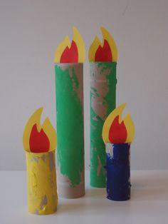 Kaarsen/wc rol: Laat keukenrollen en wc rollen beschilderen. Geef aan de bovenzijde twee knipjes recht tegen over elkaar. Teken een vlam op geel en rood papier, plak deze op elkaar en schuif in de gleufjes.