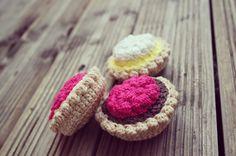 La dînette d'Avril : On continue les desserts ! Crochet Food, Diy Crochet, Mini Cupcakes, Knitting Yarn, Avril, Crochet Projects, Creations, Arts And Crafts, Artsy