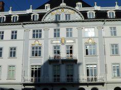Store Torv 10: klassisk facade med harmonisk opbygning - symmetri mellem pilastene med volutter, galvpartiet er smykket med relieffer og nederst (uden for billedet) en kvaderstensfugning.