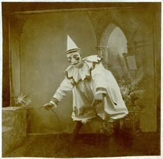 40 Haunting Snapshots of Creepy Clowns You Really Don't Want to See Before Bedtime ~ vintage everyday Creepy Circus, Creepy Clown, Creepy Halloween, Scary, Halloween Costumes, Vintage Bizarre, Creepy Vintage, Vintage Clown, Creepy Old Photos