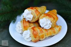 Semiluna cu nuca - CAIETUL CU RETETE Delicious Desserts, Sushi, Food And Drink, Cooking Recipes, Ethnic Recipes, Sweet, Christmas, Recipes, Candy