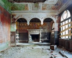 Thomas Jorion heeft in Italië deze verlaten paleizen gefotografeerd.