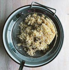 Learn how to make rejuvelac, the invigorating probiotic drink made from sprouted grains that will support your gut microbiota and your immune system. Probiotic Drinks, Fermented Foods, How To Dry Basil, Oatmeal, Herbs, Breakfast, Ethnic Recipes, How To Make, Breakfast Cafe